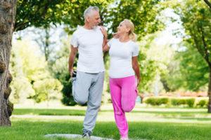 Ежедневные, но разумные движения включают быструю ходьбу, езду на велосипеде, контролируемые тренировки. Активный образ жизни у пожилых это возможность